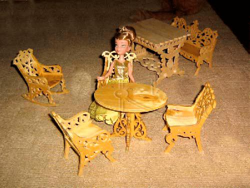 Sillas y mesa de madera miniatura